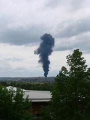 Dicke Rauchwolke über dem Flughafen Stuttgart.